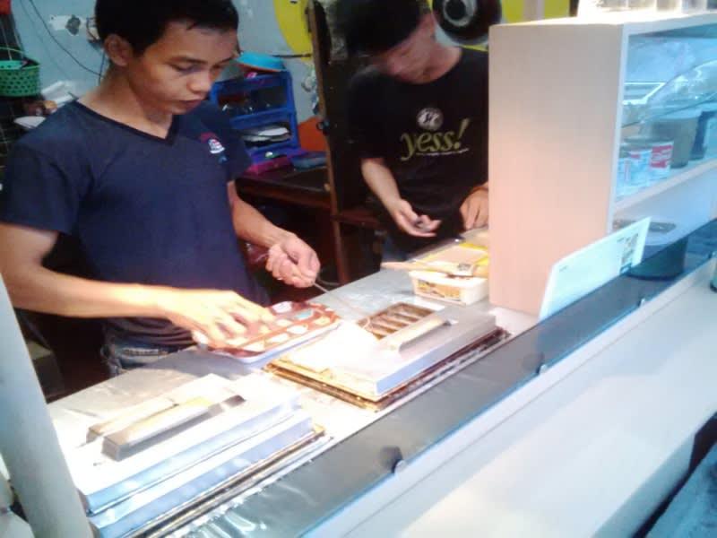 Anak muda penjual kue pancong, pelestari kue warisan