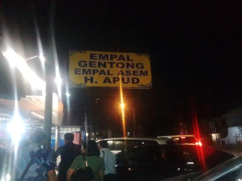 Rumah makan Empal Gentong Haji Apud di Jalan Raya Plered, Cirebon