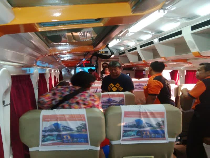 Suasana di dalam kereta Argo Jati jurusan Jakarta-Cirebon