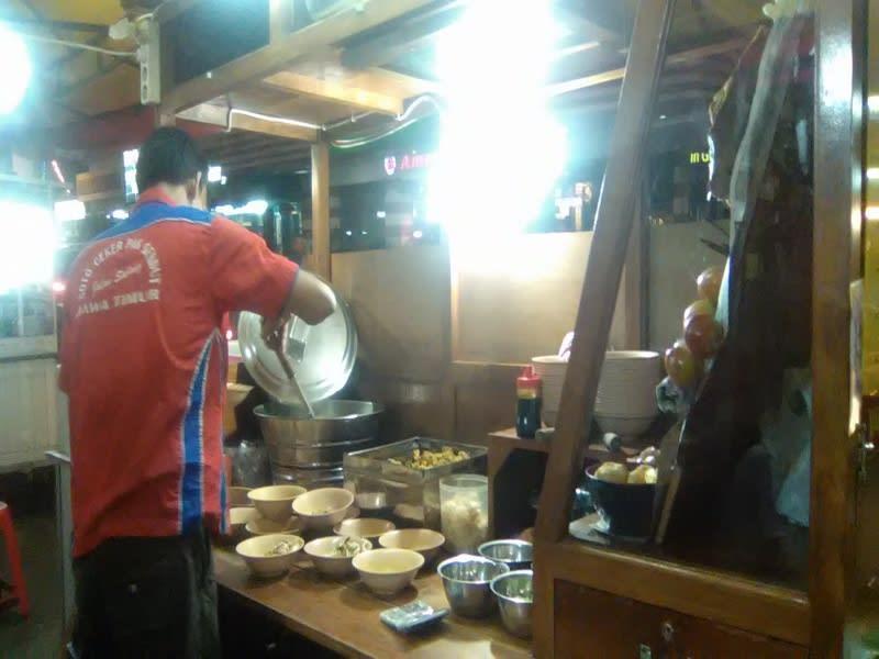 Pelayan Warung Soto Pak Gendut sedang melayani pesanan
