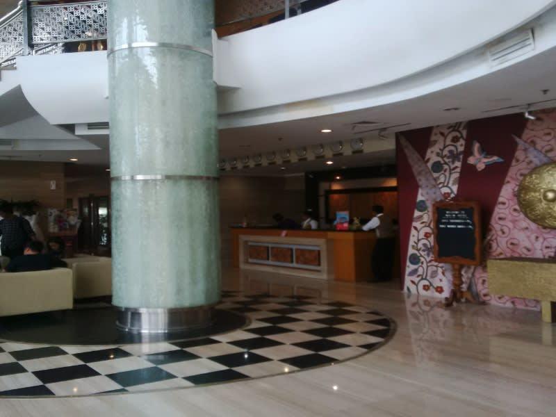Suasana di dalam lobi Hotel Rose In