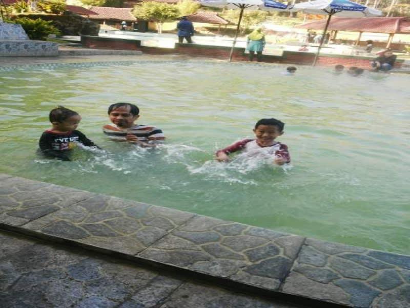 Menikmati hangatnya air panas alami di kolam renang eMTe Higland Resort, Ciwidey