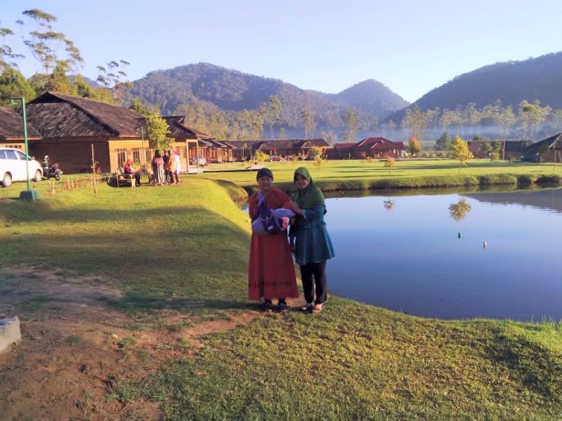 Indahnya pagi di pinggir danau kecil eMTe Highland Resort