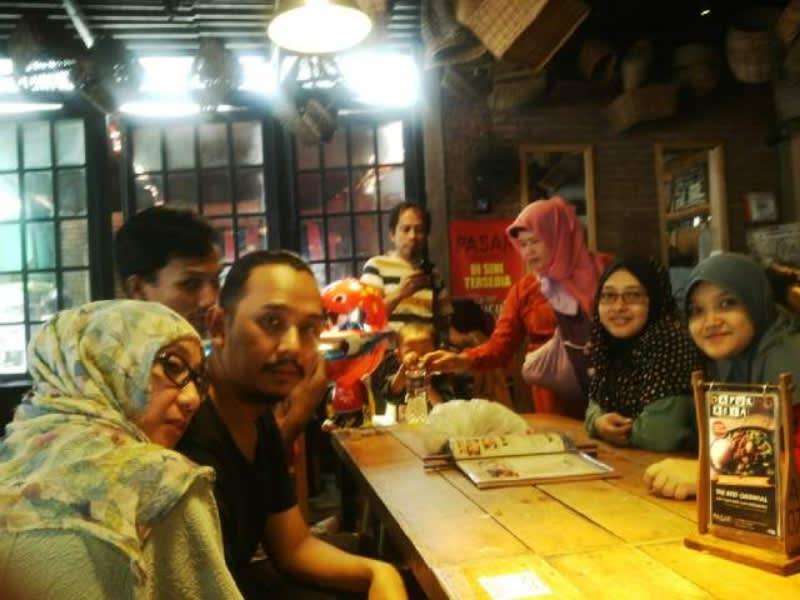 Asyiknya makan rame-rame di Pasar Cisangkuy, Bandung