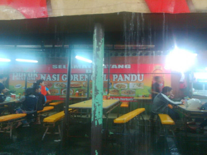 Di Jalan Pandu Medan, ada dua warung nasi goreng terkenal yang dimiliki kakak beradik