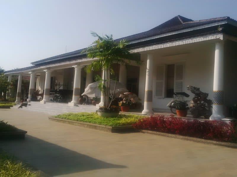 Gedung Negara yang sekarang dipakai sebagai kantor Bupati Purwakarta, salah satu gedung tua yang dibangun sekitar 1831