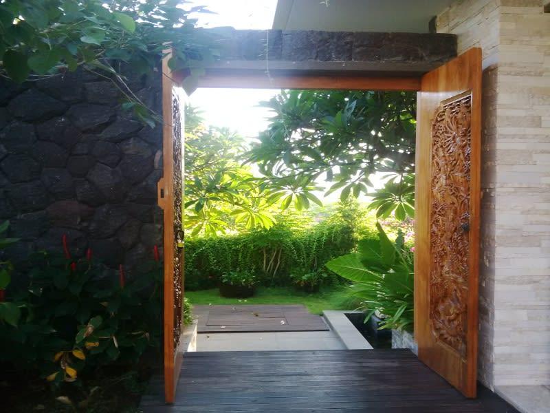 Pintu masuk ke salah satu cottage di Majestic Point Villas, Bali