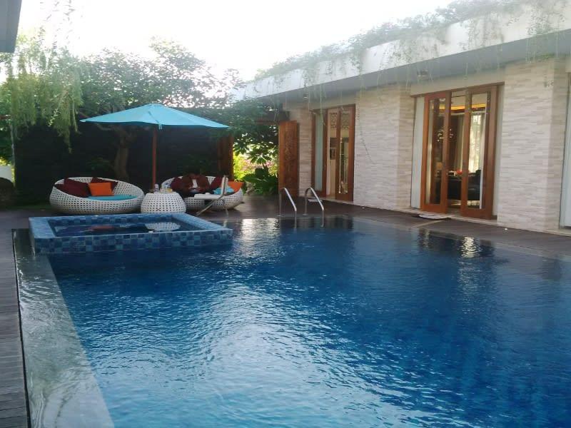 Menginap di Majestic Point Villas sangat menyenangkan, tamu bisa berenang sepuasnya di kolam renang privat