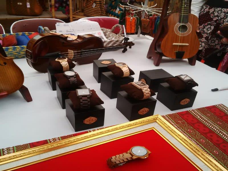 Beberapa model jam kayu JKW yang dipamerkan di hari otonomi daerah
