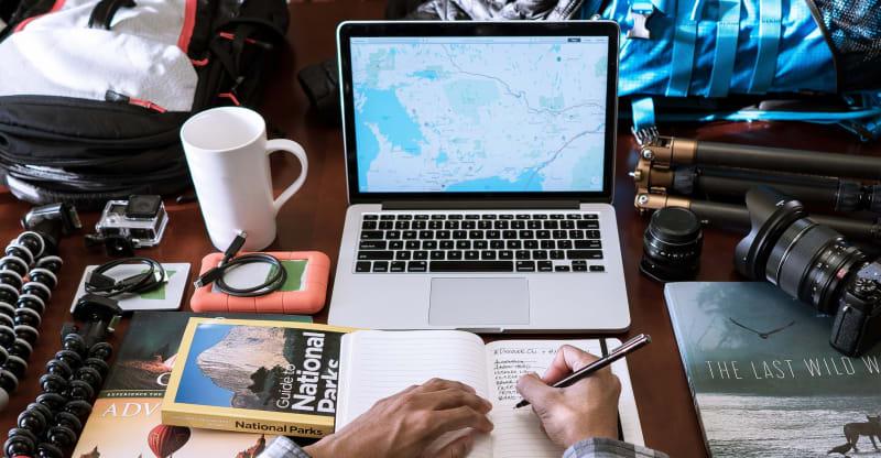 membuat rencana perjalanan wisata