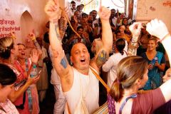 Blissful kirtan in India with Raghunath
