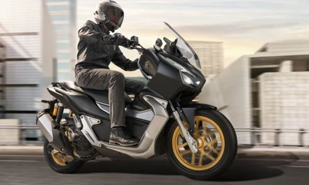 Honda ADV 150 2021 VS Yamaha Aerox 155 Connected 2021, who is the most sophisticated of the two?