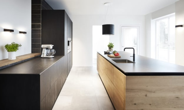Create a unique look with the combination of wood and the color black