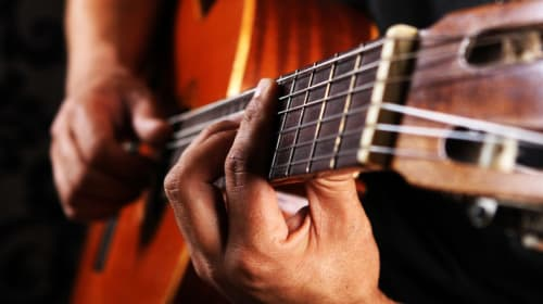 How to Distinguish Between Acoustic and Electric Guitars