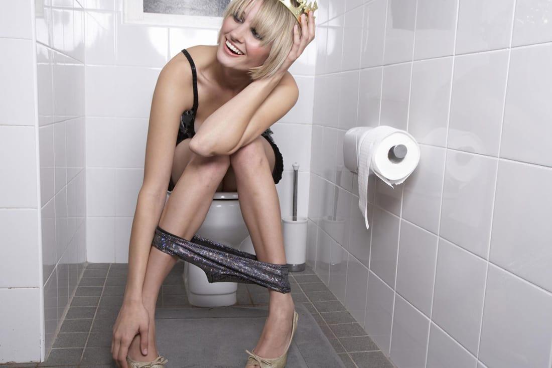 babushki-pisayut-v-tualete