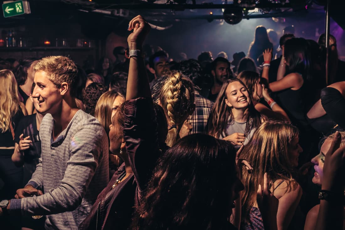 11 Tips For Getting A Drink In A Crowded Bar