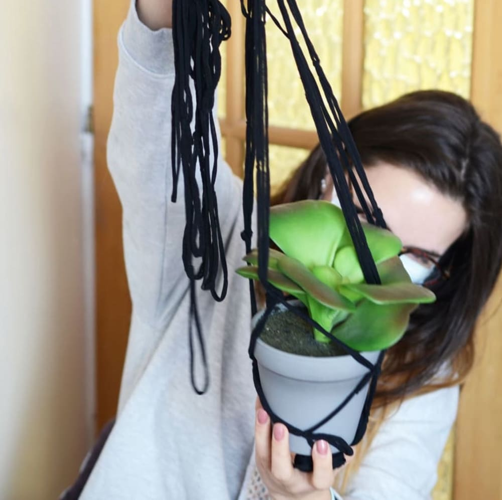 jeu-de-mains-Upcycling - Suspension Florale à partir de collants
