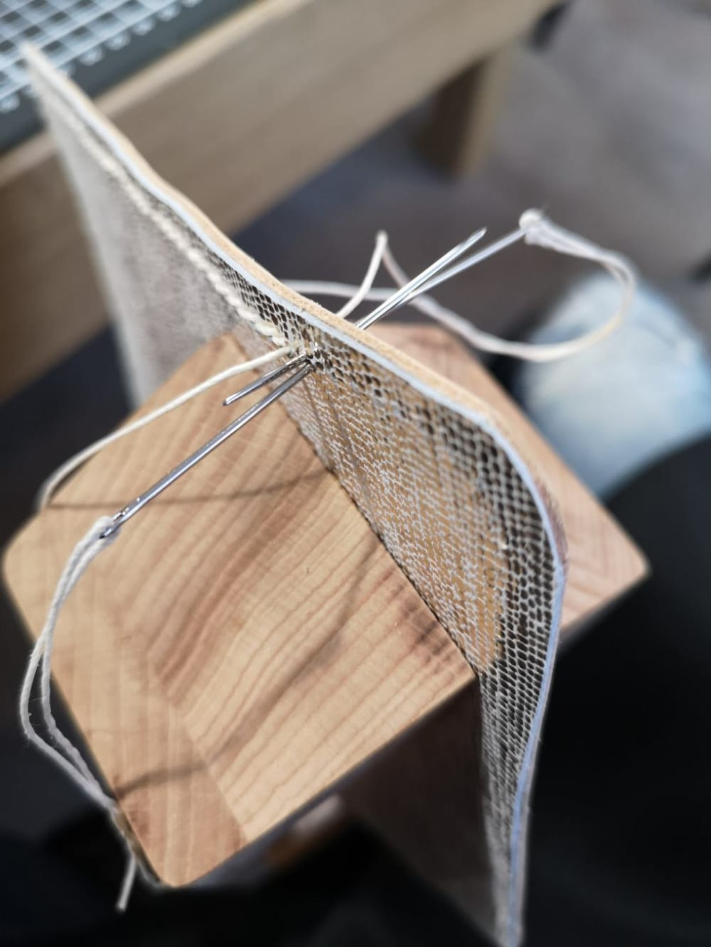 jeu-de-mains-Créez votre sac en cuir unique et personnalisé au point sellier