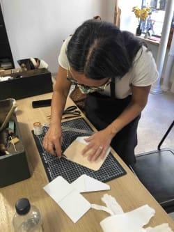 jeu-de-mains-Créez votre accessoire en cuir unique et personnalisé