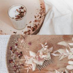 jeu-de-mains-Bougie végétale et peigne en fleurs séchées