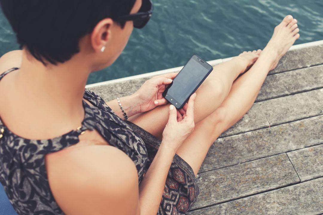 Jis 1216 instafashion woman with phone vb8byl