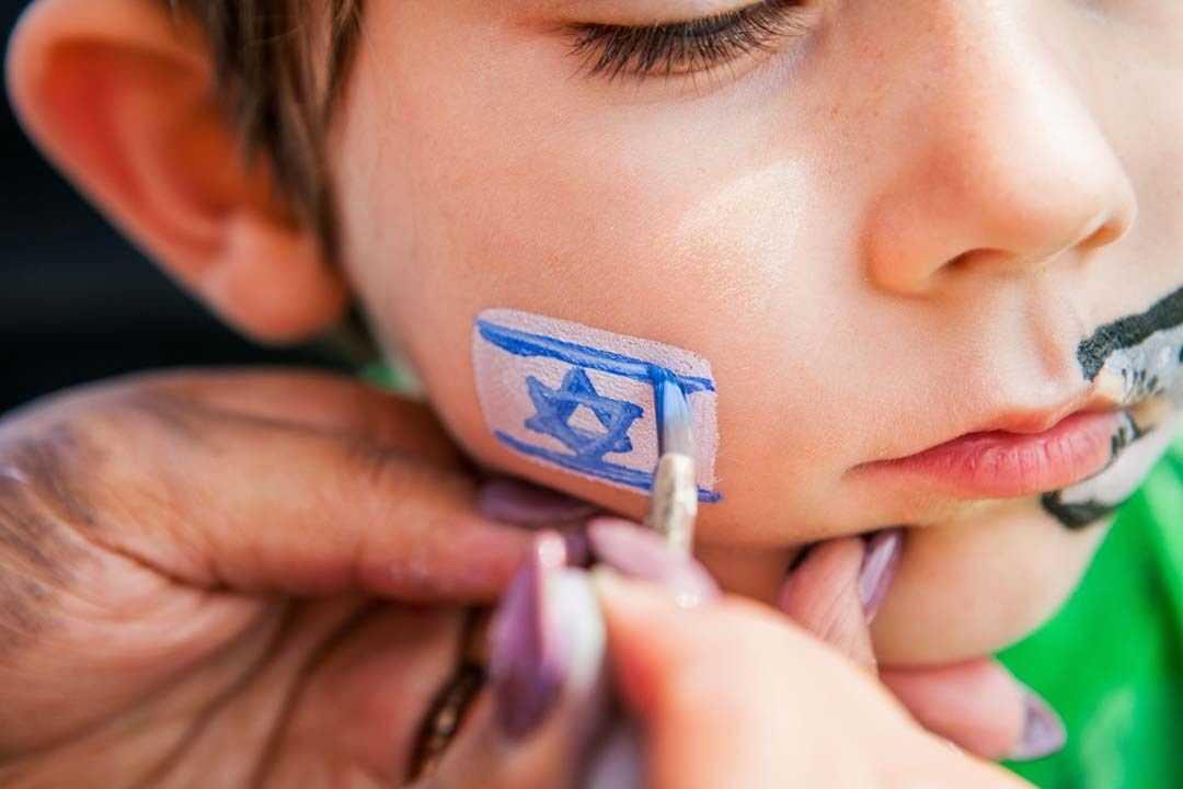 Child israel flag paint paivto