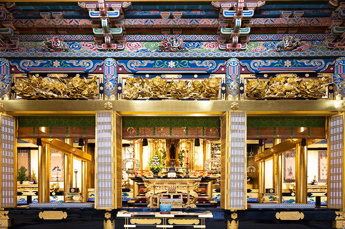 The inner temple of Hongwanji Kanazawa Betsuin was restored in 1993 using entsuke gold leaf.