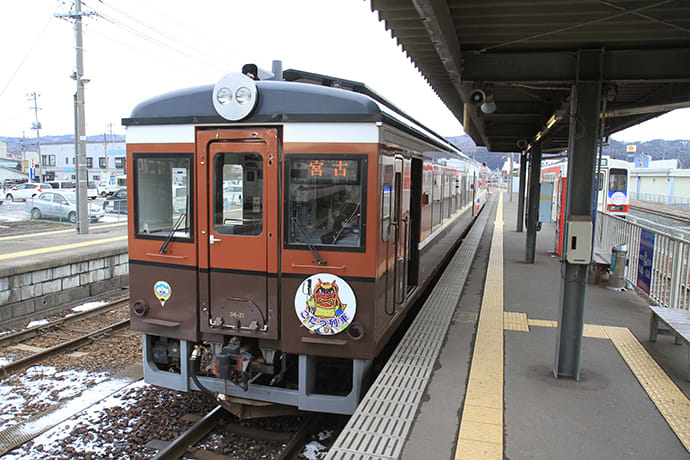 From April to October, the train operates with tatami mat seating (without the kotatsu heated tables) for events and charter trips. Photo credit: Sanriku Railway Co,.Ltd.