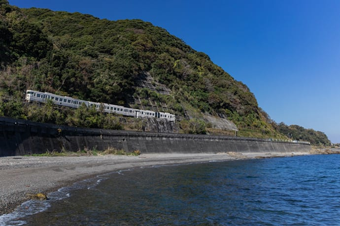 The Ibusuki no Tamatebako hugs the coastline as it travels between Ibusuki and Kagoshima Chuo stations. Photo credit: Hirokazu Fukushima