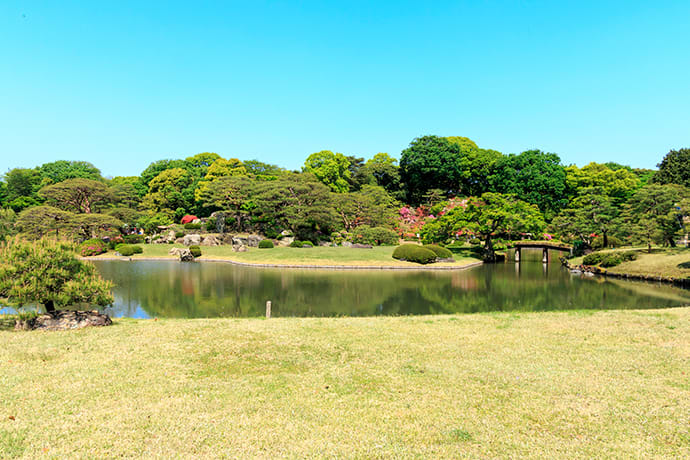 "Observe the garden's varied landscape by ""virtually"" strolling around Kaiyu-shiki Tsukiyama Sensui Teien (circuit-style garden)."