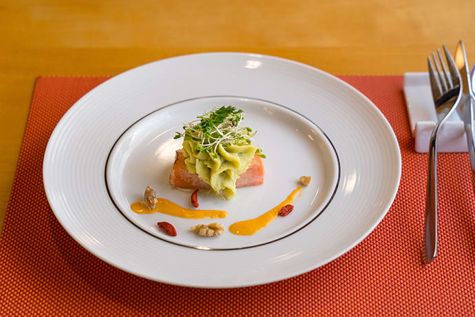 An example of an appetizer served on Orange Restaurant, a fillet of tuna caught in Sendai Port, served with pistachio-flavored mashed potatoes.
