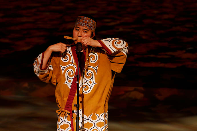 uring the Ainu Ancient Ceremonial Dance performance, visitors can hear the traditional instrument, the mukkuri (mouth harp).