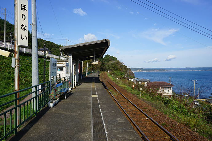 Horinai Station has views of the Pacific Ocean.