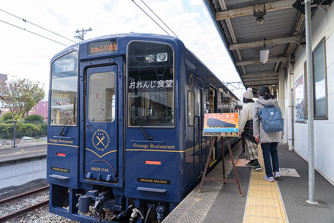 Eiji Mitooka designed the retro-looking train.