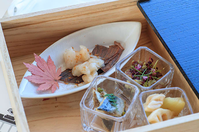 Chilled Japanese scallops and chips (top), horse meat tartare and smoked pickles (center right), sardines in oil flavored with sansho pepper (center left), and root vegetables à la barigoule (bottom right).