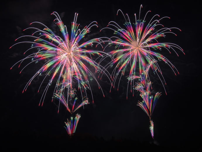 Happo-zaki fireworks create colorful contrasts in the night sky