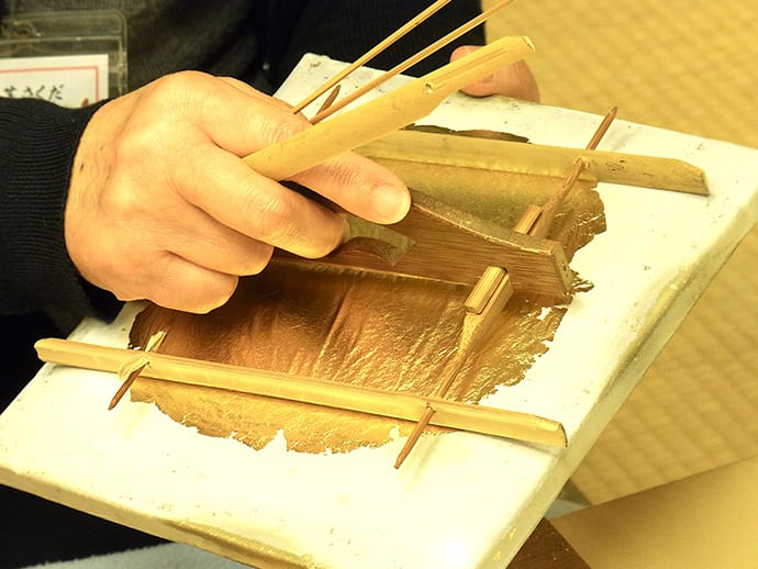 Each sheet of cut gold leaf is carefully layered alternately with paper. A set of gold leaf comprises 100 sheets.