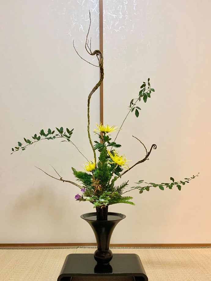 A Rikka ikebana arrangement that expresses autumnal landscapes using chrysanthemums, azaleas and Japanese gentian.