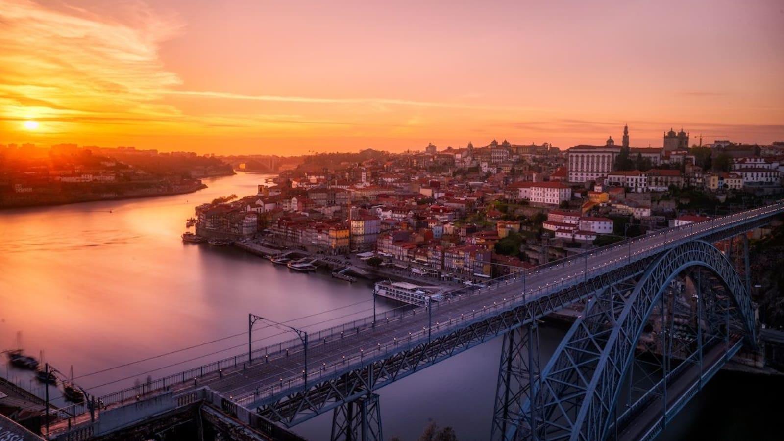 Oporto, en la ribera derecha del Duero en su desembocadura en el océano Atlántico