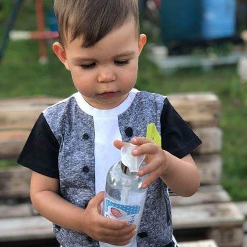 kisfiú környezetbarát tisztítószerrel