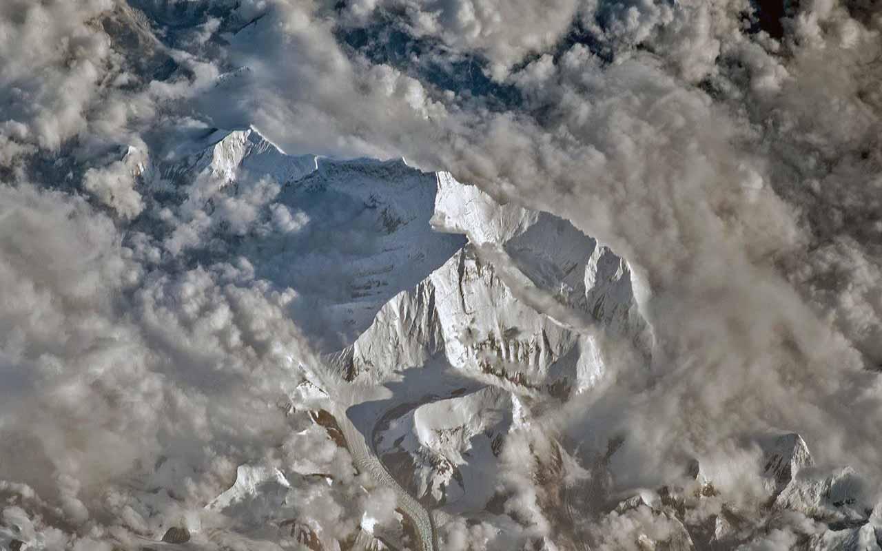 Mortes de alpinistas fazem comissão cobrar regras mais rígidas para se subir no Everest