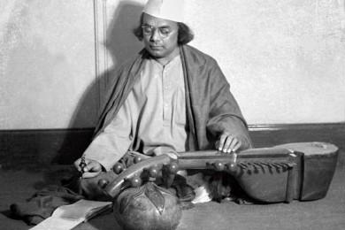 সংগীত সাধনারত কাজী নজরুল ইসলাম
