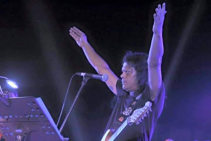 স্টেজে চিরাচরিত স্টাইলে নগরবাউল গুরু জেমস