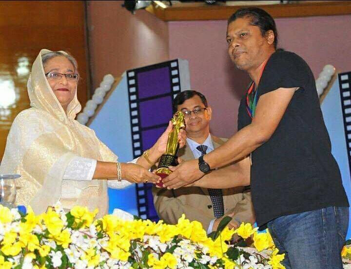 মাননীয় প্রধানমন্ত্রী শেখ হাসিনা থেকে জাতীয় চলচ্চিত্র পুরস্কার নিচ্ছেন জেমস