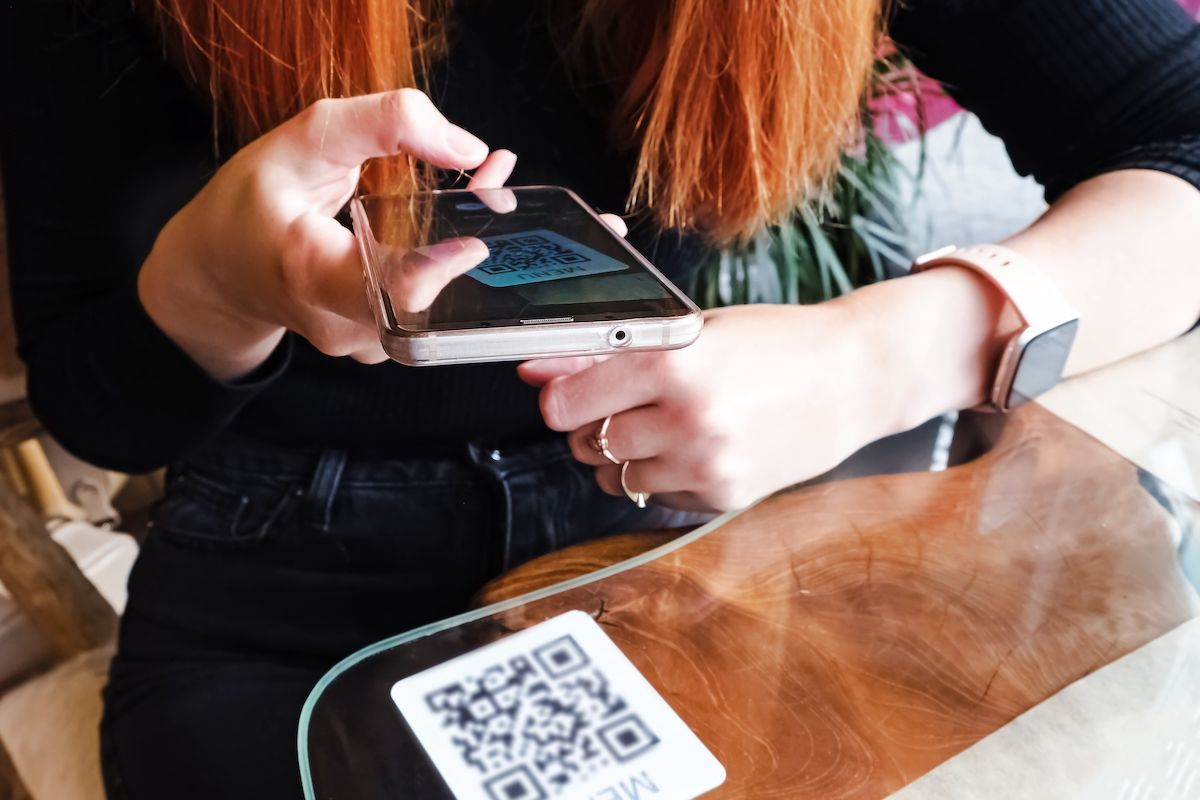 woman-scanning-the-barcode-qr-code-in-restaurant-MAGNSN9.jpg