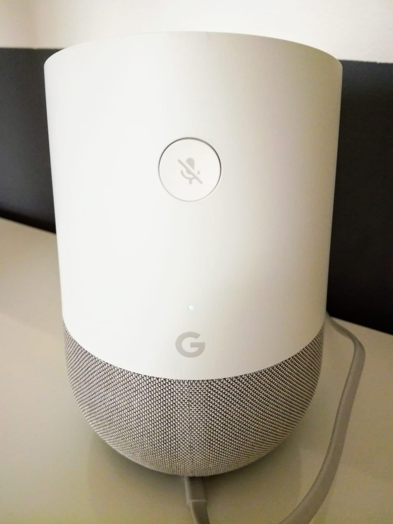 Die Rückseite des Google Home mit dem Knopf zum Deaktivieren des Mikrofons