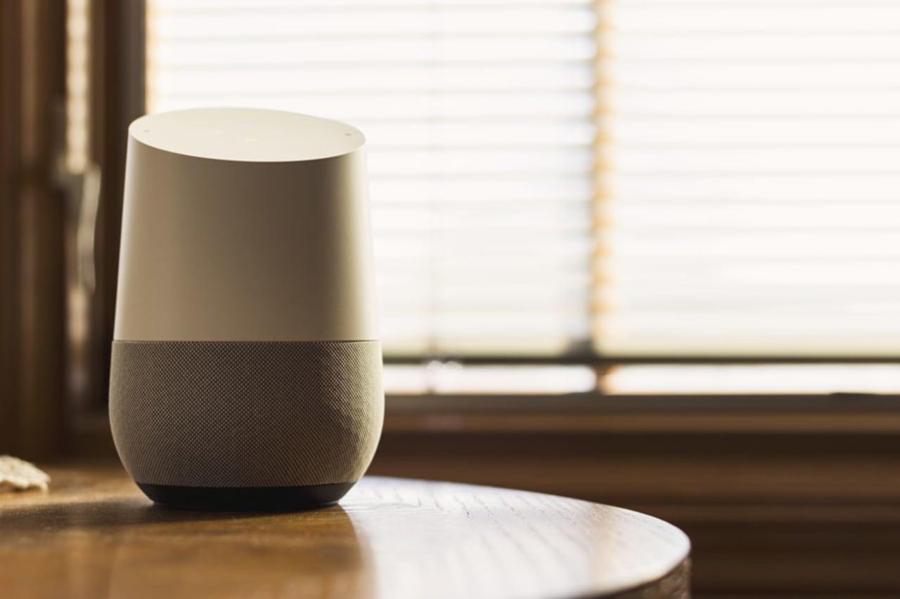Google Home auf einem Beistelltisch