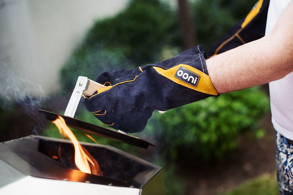 ooni-pro-pizza-oven-pic-protective-gloves