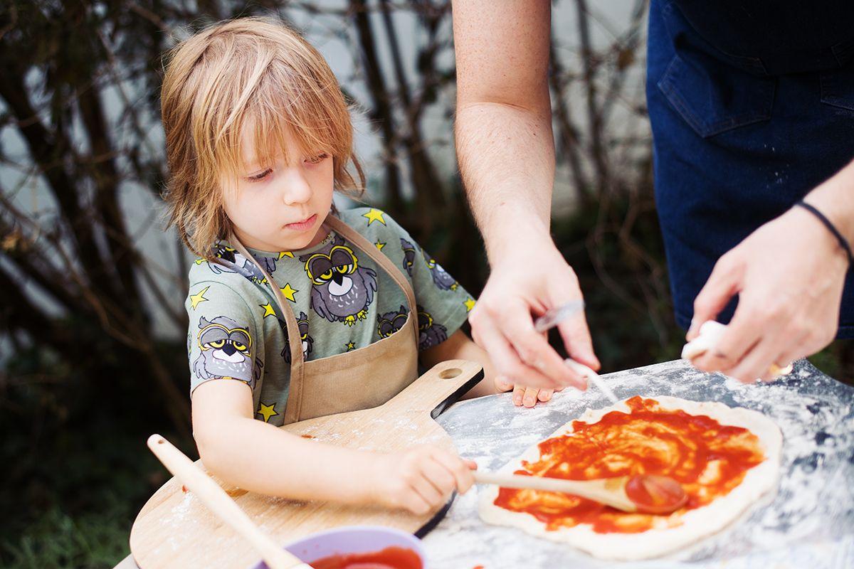 ooni-pro-pizza-oven-pic-adding-tomato-sauce-to-dough