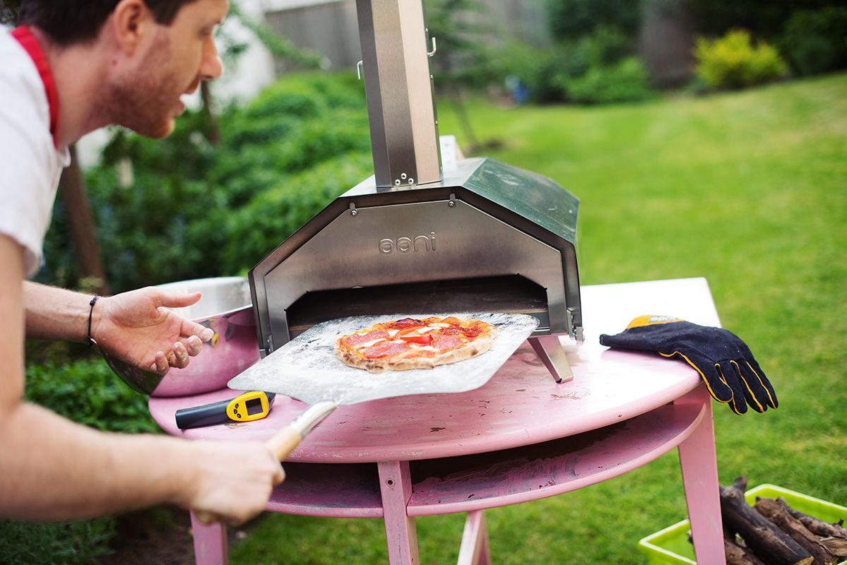 ooni-pro-pizza-oven-pic-handle-peeler-with-care